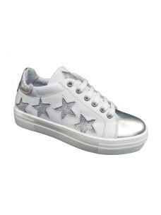 Chiara Luciani scarpa allacciata con zeppa e stelle laterali.
